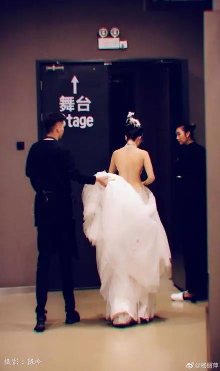 杨丽萍晒背影照,网友:旁边工作人员腿变形了